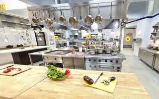 Раздача на кухне ресторана
